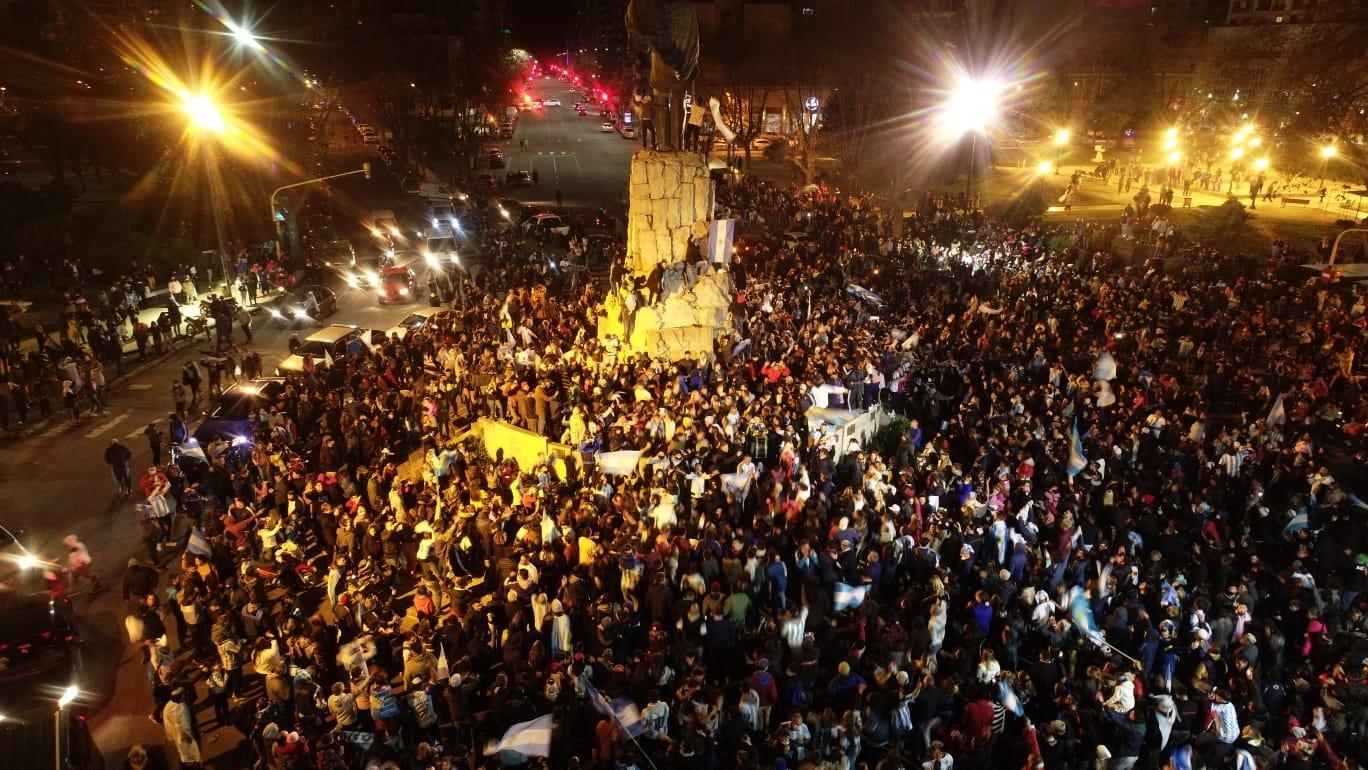 Delirio en Mar del Plata, caravana y festejo en el Monumento a San Martín