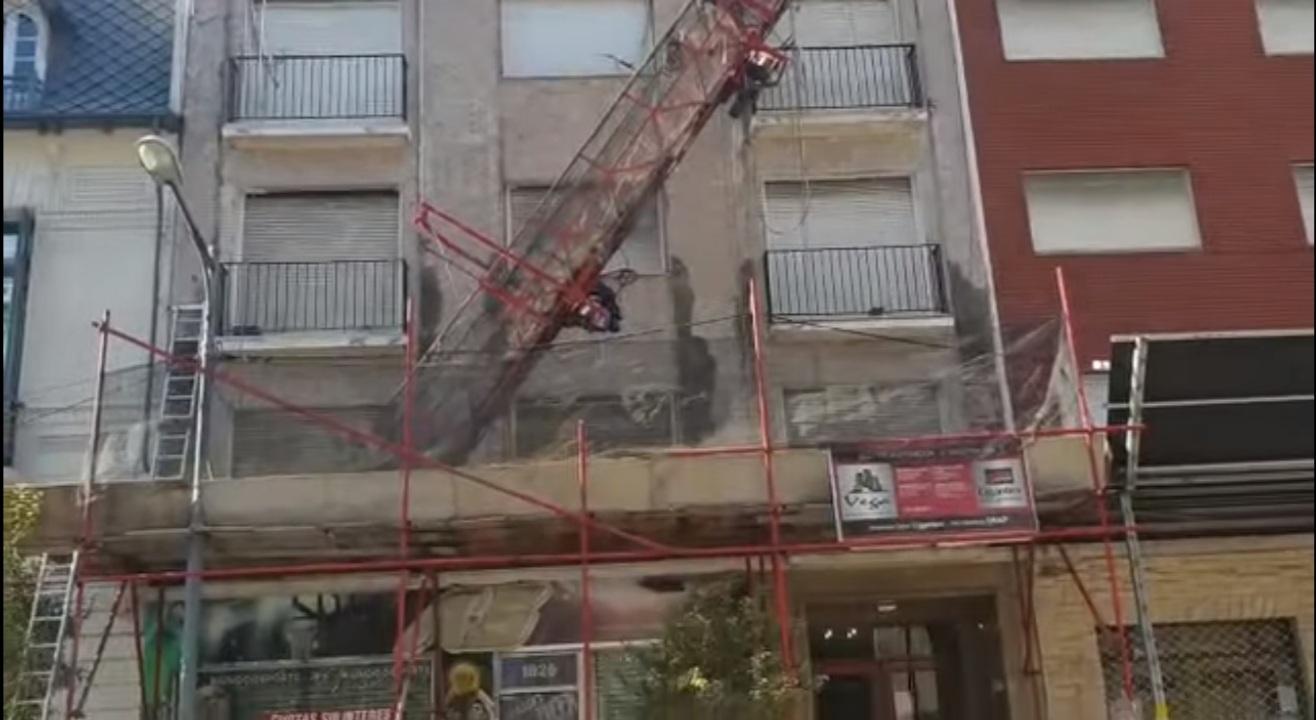 Un obrero sufrió heridas al caer un andamio en un edificio de Mar del Plata
