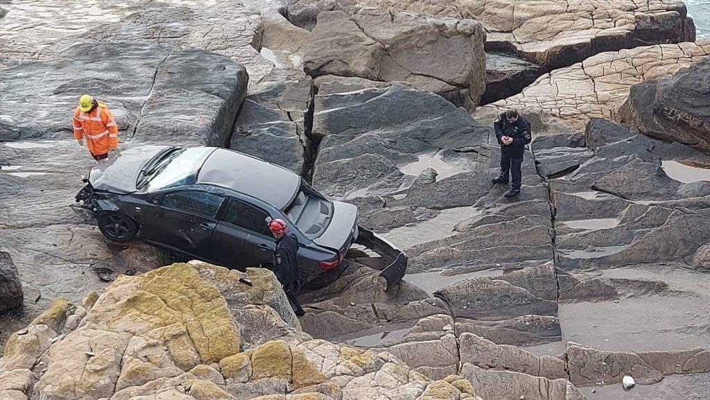 Despistó su auto y quedó al borde del mar