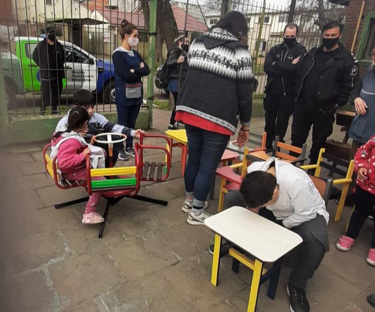 Desde una cárcel de Batán donaron mesas y sillas a la Escuela Especial 509