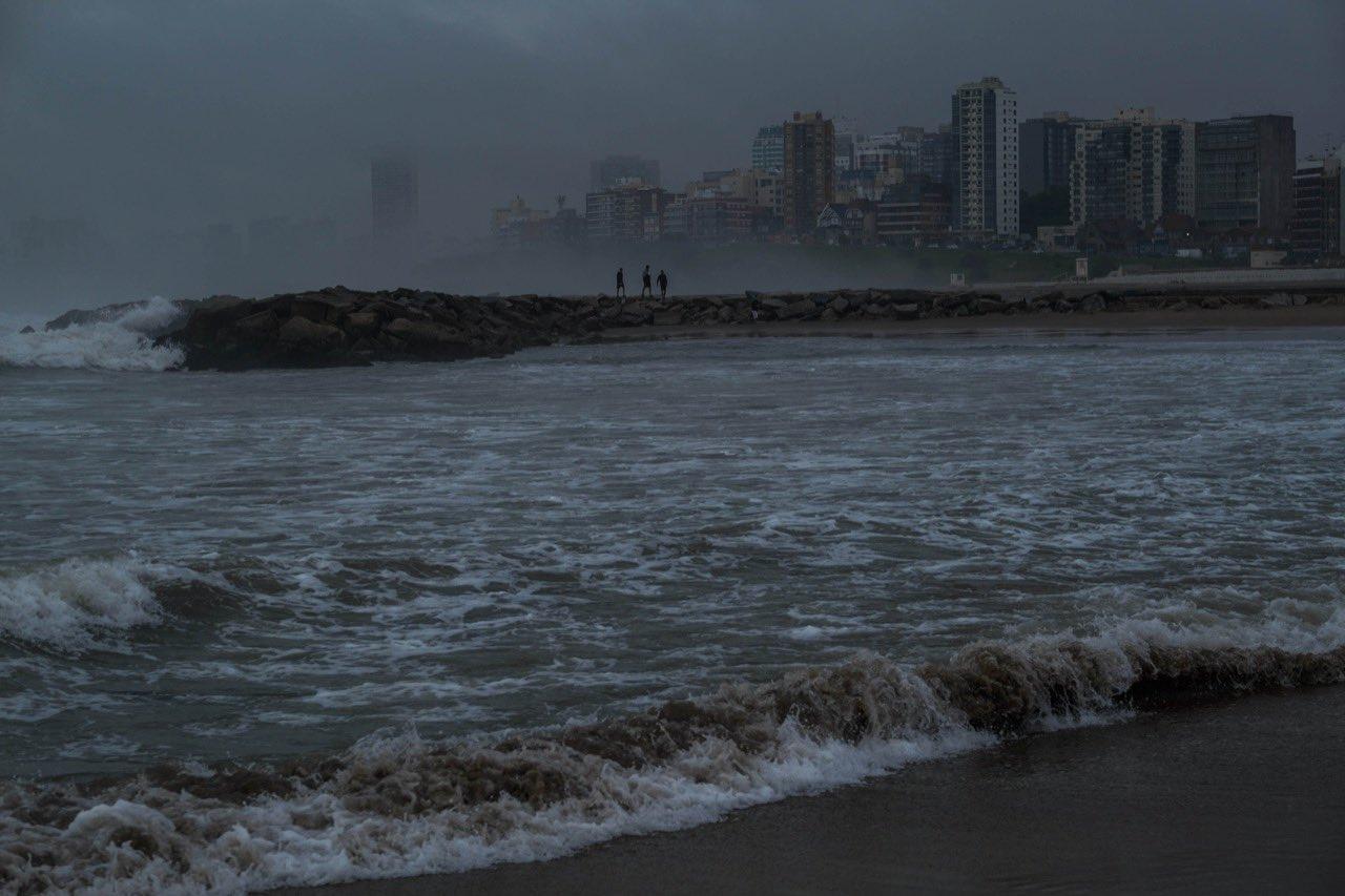 Una fuerte tormenta de lluvia y viento afecta a Mar del Plata