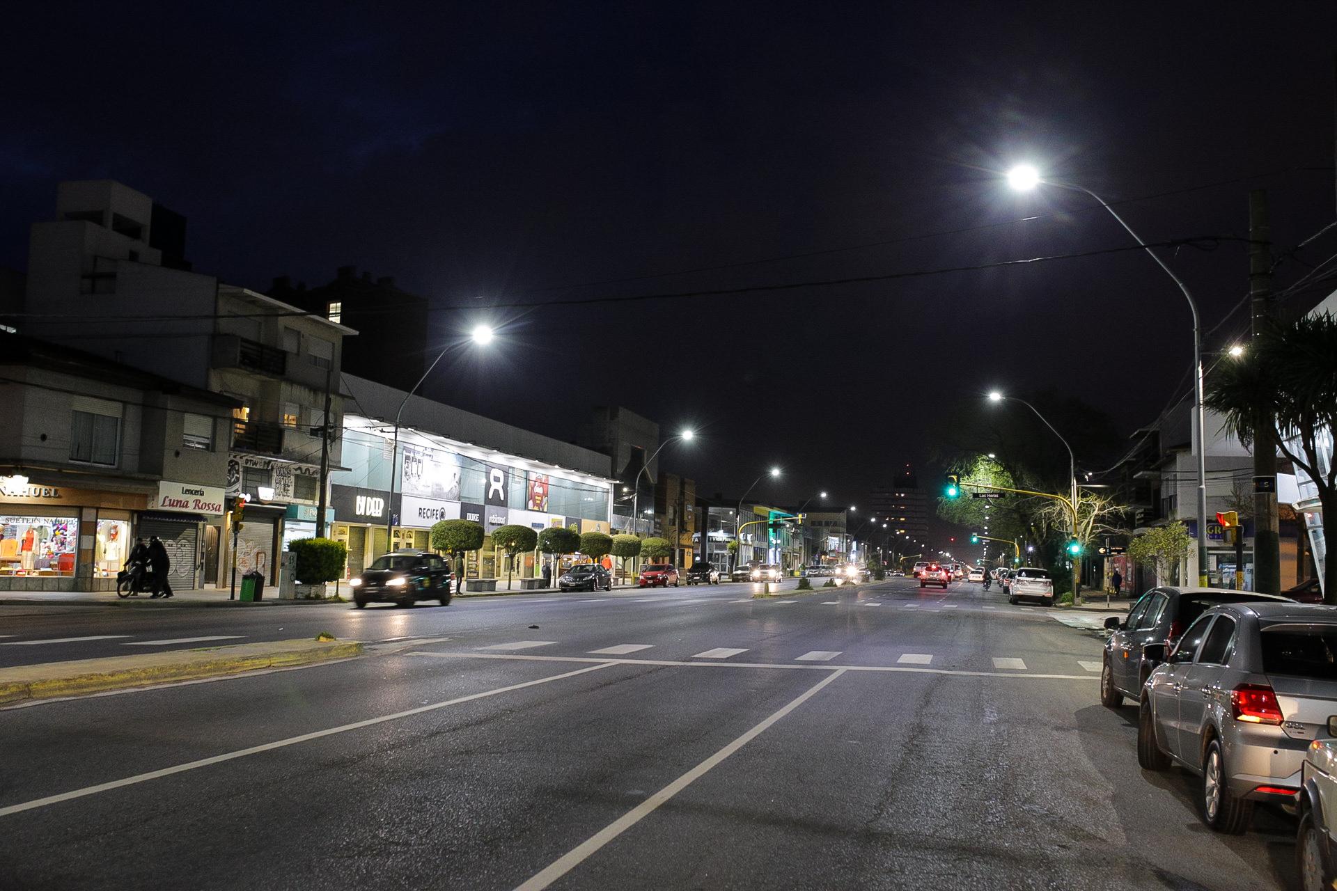 La Municipalidad instala nuevas luminarias en el centro comercial de la avenida Juan B. Justo
