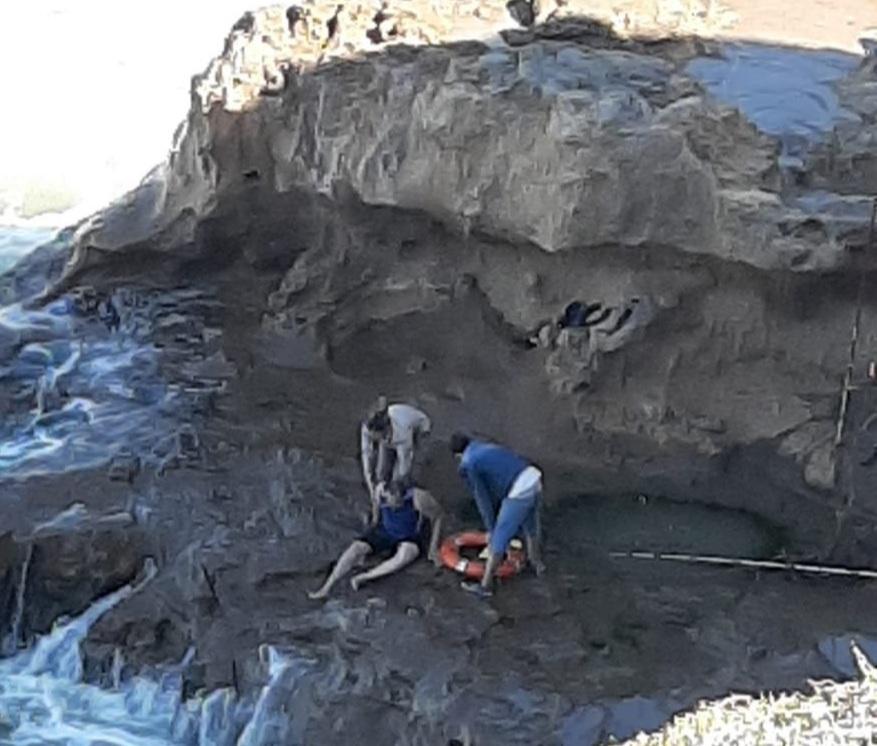 Prefectura rescató a un hombre atrapado en un acantilado