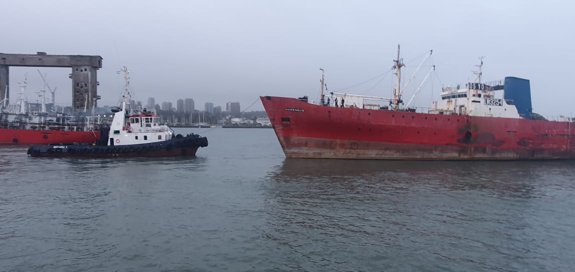 Se fue el Harengus pero el puerto sigue repleto de chatarra flotante