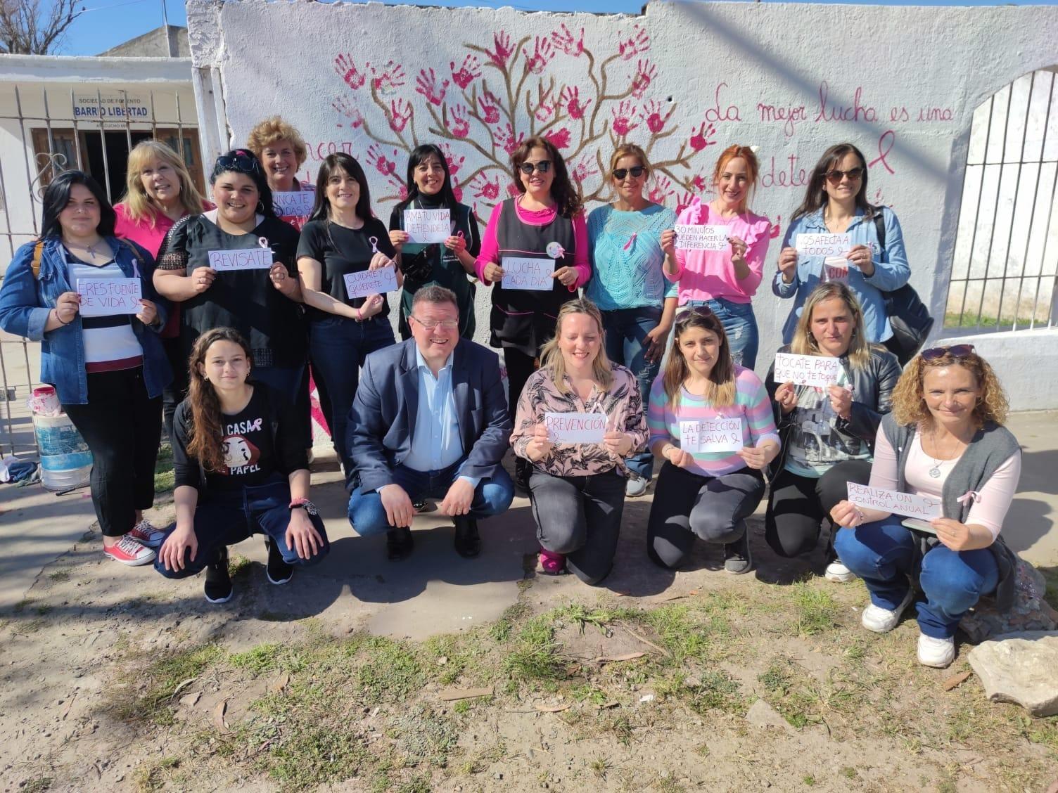 Mujeres de Crear impulsan la prevención del cáncer de mama mediante la pintada de un mural